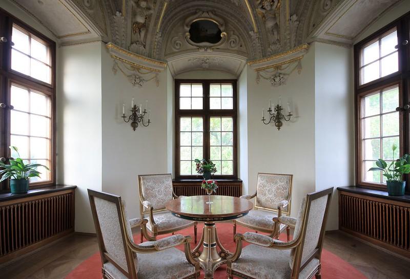 Zabytkowe meble w pokoju zamku w Baranowie Sandomierskim